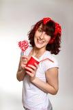 Jeune femme heureuse avec une lucette et une cuvette sur un b gris photos libres de droits
