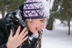 Jeune femme heureuse ayant l'amusement dans la neige Image stock