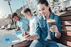 Jeune femme heureuse ayant le café Photographie stock libre de droits