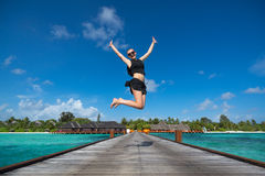 Jeune femme heureuse branchant sur la plage photos stock