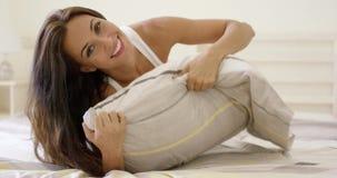 Jeune femme heureuse caressant dans le lit banque de vidéos