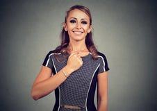 Jeune femme heureuse courageuse sûre Photos libres de droits