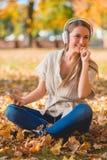 Jeune femme heureuse détendant avec sa musique Image stock