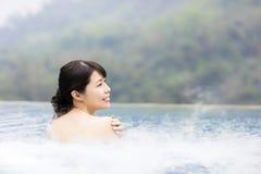 Jeune femme heureuse détendant dans Hot Springs Photos stock