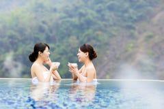 Jeune femme heureuse détendant dans Hot Springs Photographie stock libre de droits
