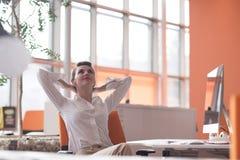 Jeune femme heureuse d'affaires détendant et obtenant l'insiration Image stock