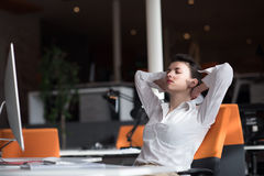 Jeune femme heureuse d'affaires détendant et obtenant l'insiration Photographie stock libre de droits