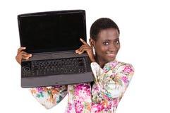Jeune femme heureuse d'affaires montrant son ordinateur portable photographie stock libre de droits