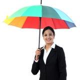 Jeune femme heureuse d'affaires tenant un parapluie photos libres de droits