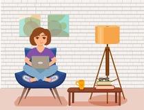 Jeune femme heureuse d'indépendant travaillant à la chaise de bras dans l'intérieur moderne de la chambre Images stock