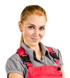 Jeune femme heureuse dans des combinaisons rouges photo stock