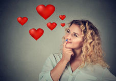 Jeune femme heureuse dans l'amour rêvassant au sujet du romance Image libre de droits
