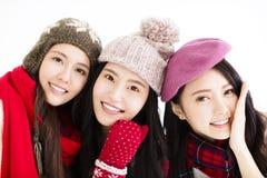 Jeune femme heureuse dans l'usage d'hiver Image stock