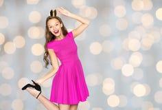 Jeune femme heureuse dans la couronne de princesse au-dessus des lumières Photographie stock libre de droits