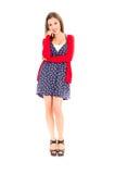 Jeune femme heureuse dans la robe et le chandail pointillés sur a Photographie stock