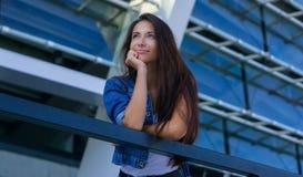 Jeune femme heureuse dans la ville photographie stock