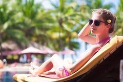 Jeune femme heureuse dans le bikini s'étendant dessus Photographie stock