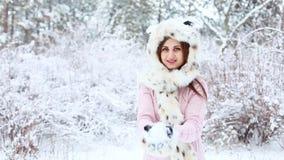 Jeune femme heureuse dans le chapeau de fourrure jouant avec la neige dans le paysage givré d'hiver clips vidéos