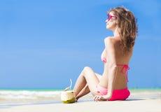 Jeune femme heureuse dans le chapeau de paille et le bikini avec Image libre de droits