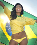 Jeune femme heureuse dans le dessus du football du Brésil images stock