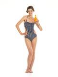 Jeune femme heureuse dans le maillot de bain montrant la BO photos stock