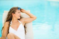 Jeune femme heureuse dans le maillot de bain sur la chaise longue Images stock
