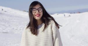 Jeune femme heureuse dans le paysage neigeux banque de vidéos