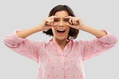 Jeune femme heureuse dans le pyjama ouvrant ses yeux images libres de droits