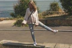 Jeune femme heureuse dans sauter de vêtements sport Image stock