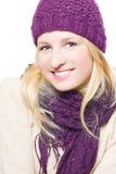Jeune femme heureuse dans un chapeau chaud Images stock