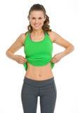 Jeune femme heureuse de forme physique montrant le ventre plat photographie stock libre de droits