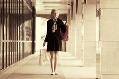 Jeune femme heureuse de mode avec des paniers à la fenêtre de mail Photo stock