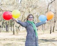 Jeune femme heureuse de mode de vie insouciant Photographie stock