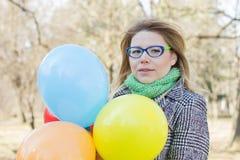 Jeune femme heureuse de mode de vie insouciant Photo stock