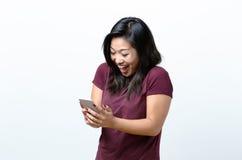 Jeune femme heureuse de sourire avec un sourire sûr Image stock