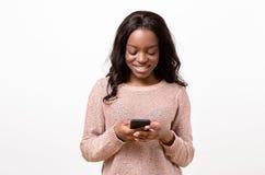 Jeune femme heureuse de sourire avec un sourire sûr Photographie stock libre de droits