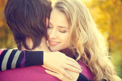 Jeune femme heureuse embrassant son ami Photos libres de droits