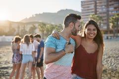 Jeune femme heureuse embrassant son ami sur la plage Image libre de droits