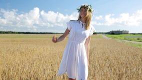 Jeune femme heureuse en guirlande de fleur sur le gisement de céréale banque de vidéos