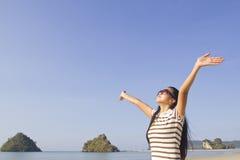 Jeune femme heureuse en mer Images libres de droits