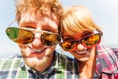Jeune femme heureuse et homme extérieurs Photographie stock libre de droits