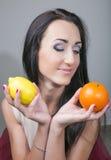 Jeune femme heureuse et nourriture végétarienne saine, fruit Photo stock