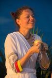 Jeune femme heureuse jouant sur des cloches de temple Images libres de droits