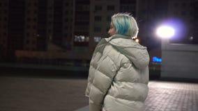 Jeune femme heureuse marchant dans la ville de nuit banque de vidéos