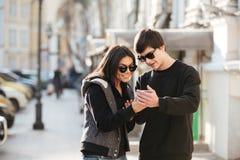 Jeune femme heureuse marchant dehors avec le frère Photo libre de droits