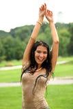 Jeune femme heureuse marchant sous la pluie Image stock