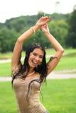 Jeune femme heureuse marchant sous la pluie Photographie stock