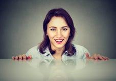 Jeune femme heureuse montant de dessous la table photos libres de droits