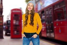 Jeune femme heureuse ou ado au-dessus de rue de ville de Londres Images libres de droits