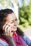 Jeune femme heureuse parlant sur le téléphone portable Photographie stock